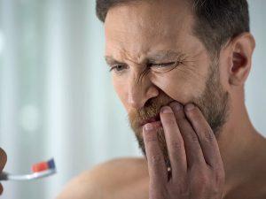 ¿Por qué te sangran las encías?